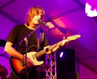 Walter Bauer an der Gitarre und am Mikrofon