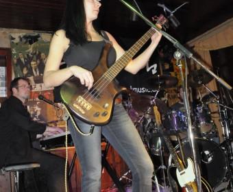 Nadja Hrubesch am Bass